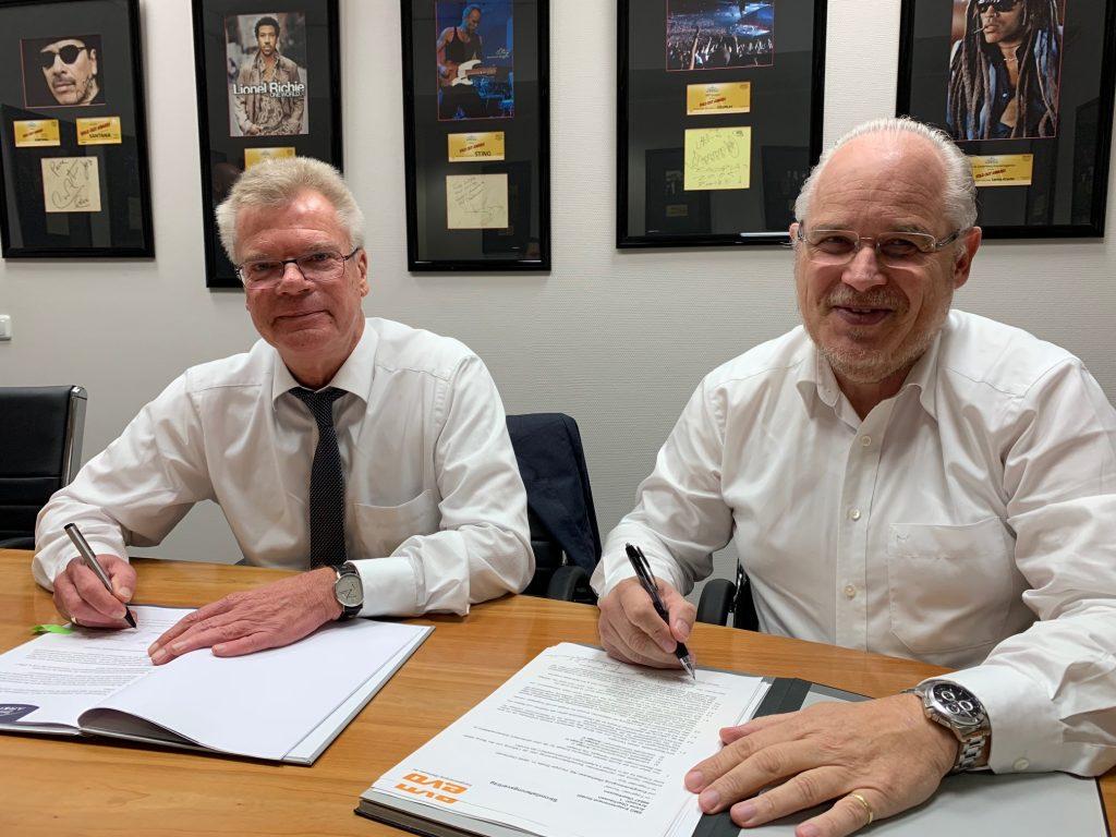 Vertragsunterschrift EVO mit Hartmut Gieske und Henrik Häcker